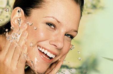 <p>Для поддержания оптимального состояния кожи лучше всего умываться слегка теплой или холодной водой. Фото: www.cleverwife.info</p>