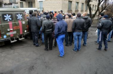 На Донбассе мэра забросали яйцами и зеленкой за плохие дороги
