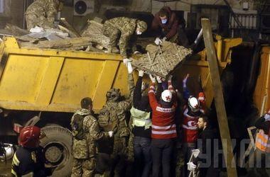 С места обрушения дома в центре Киева вывезли три грузовика строительного мусора