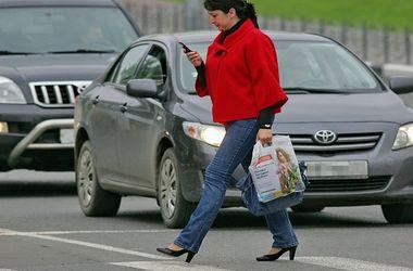 Пешеходам в Украине хотят запретить пользоваться мобильными устройствами