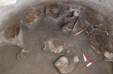 Обнаружено древнее захоронение со скелетами людей и черепах
