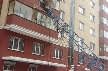 В России на многоэтажку рухнул башенный кран