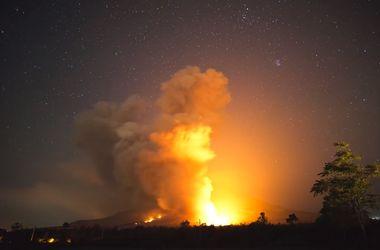 Вулкан на Суматре выбросил 3-километровый столб пепла