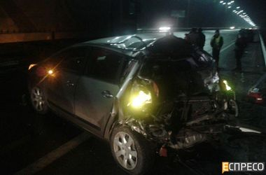 На Бориспольской трассе Peugeot не разминулся с фурой: пострадали мать и ребенок