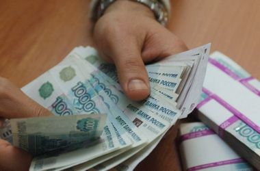 Рубль начал падать вслед за нефтью