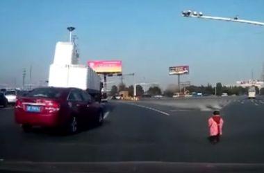Видеохит: в Китае ребенок выпал на шоссе из багажника машины