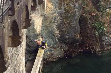 Немецкий велосипедист во время гонки упал в озеро с 12-метрового моста