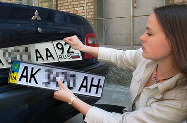 В Крыму водители спешат заменить украинские номера российскими, чтобы избежать штрафа