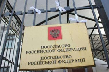 Посольство России в Киеве забросали брусчаткой