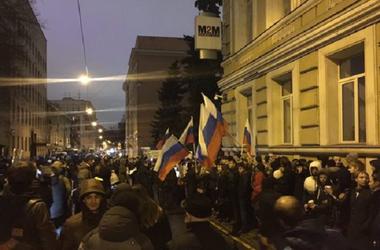 """В Москве посольство Украины забросали яйцами под крики """"Вон из нашего Киева!"""""""