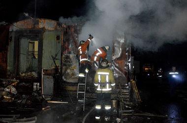 В Днепропетровске десятки спасателей боролись с масштабным ночным пожаром