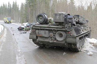 В Норвегии танк столкнулся с машиной, есть жертвы