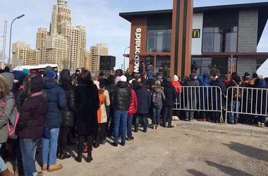 Гигантская очередь за едой: открытие в Казахстане первого McDonald