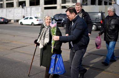 Политики и 8 марта: Ляшко бегал за женщинами на рынке, а Порошенко подарил дамам видео
