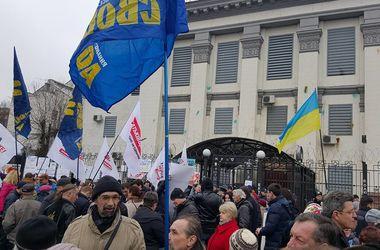 Сотни человек вместе с Тимошенко пикетируют посольство России в Киеве