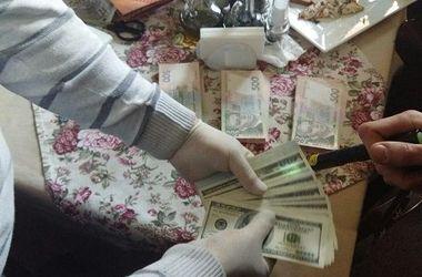 В Киеве чиновник с помощником вымогали 60 тысяч долларов у мужчины
