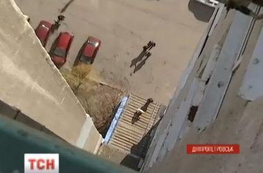 В Днепропетровске женщина-самоубийца упала на мать с ребенком