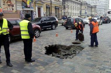 Как выглядит яма, в которую провалился автобус в Киеве