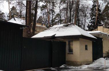 """Азаров оформил на жену особняк на Рублевке в 1000 """"квадратов"""", - журналист"""