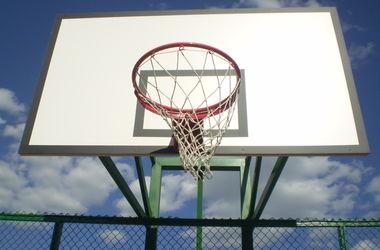 В Ивано-Франковске на баскетбольном щите возле школы повесился парень