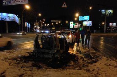 В Киеве автомобиль загорелся во время движения