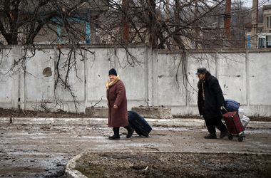 """Жители Донецка: """"Живем как на вокзале – все ждем чего-то на чемоданах"""""""