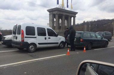 В Киеве на мосту Патона остановились авто из-за ДТП