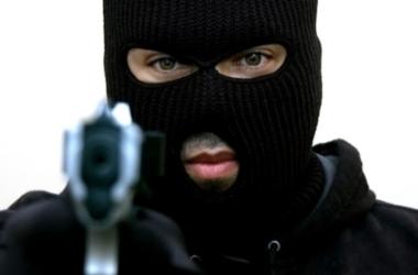 Преступник в балаклаве и с пистолетом ограбил обменник в Киеве