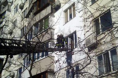 В Киеве бабушка-курильщица устроила пожар в многоэтажке: из дома эвакуировали пенсионеров и детей