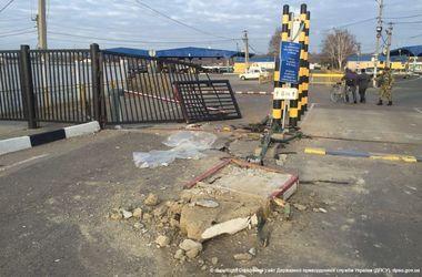 На границе пьяный водитель влетел в КПП, есть жертвы