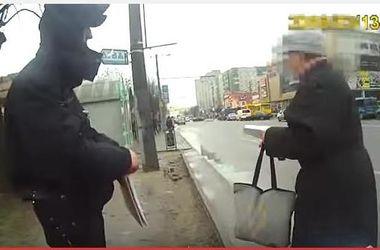 Жительница Львова прокляла копов и пожелала им попасть на Донбасс