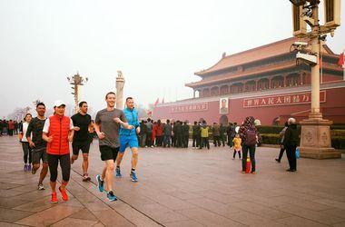 Пробежка Цукерберга по Пекину спровоцировала скандал
