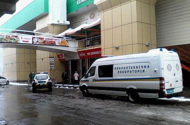 """В Киеве """"минировали"""" торговый центр"""