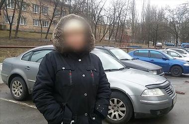 """В Киеве грабитель забрал у женщины телефон и сумку, потому что посчитал """"барыгой"""""""