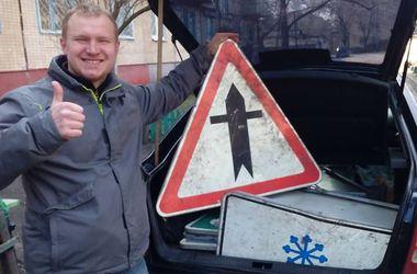 Активисты оборудуют знаками дороги Донбасса