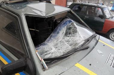 В Конотопе 19-летний парень выпрыгнул из 4 этажа отделения полиции и упал на служебный автомобиль