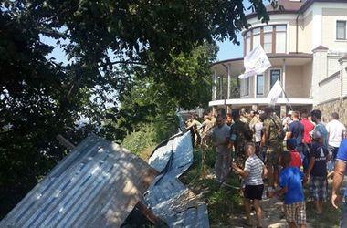 В Киеве протестующие против застройки построили баррикады и развели костер