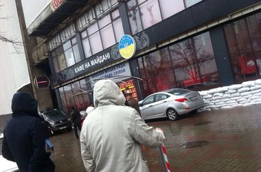 В Киеве демонтируют рекламную вывеску на Доме профсоюзов
