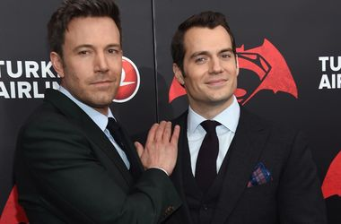 "Бен Аффлек и Генри Кэвилл ответили на критику фильма ""Бэтмен против Супермена"""