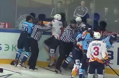 Хоккейный матч молодежных команд в России завершился массовой дракой