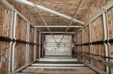 В Москве в шахту жилого дома упал загоревшийся лифт