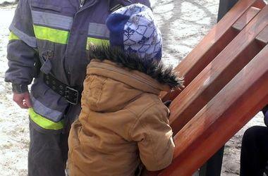 В Киеве маленький мальчик застрял в горке