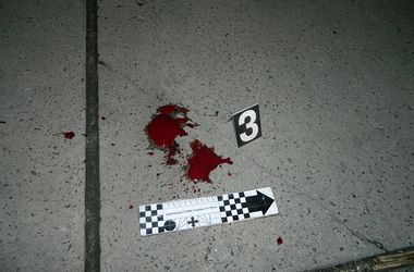 В Киеве пьяный дебошир порезал ножом горло полицейскому