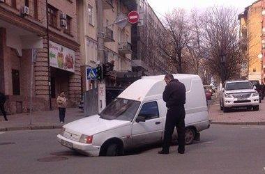 На дороге в центре Киева провалился асфальт