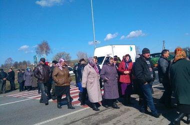 Возле  Ровно из-за церковного конфликта перекрыта трасса Киев-Чоп