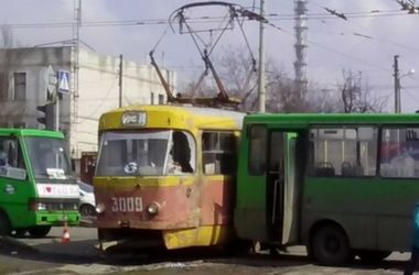В Харькове столкнулись маршрутка и трамвай