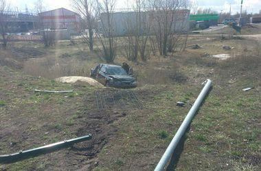 В Киеве нетрезвый водитель снес столб, вылетел с дороги и продолжил пьянствовать в машине