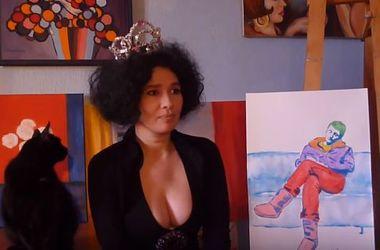 Российская художница грудью нарисовала пресс-секретаря Путина
