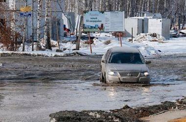 В России автомобиль утонул в огромной луже