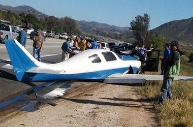В Калифорнии на трассу рухнул самолет